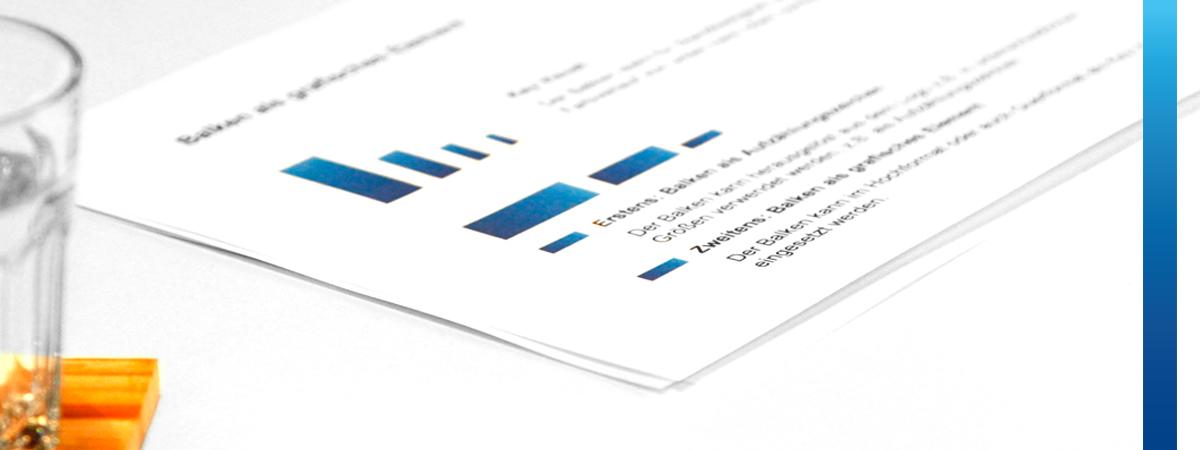Weißes Blatt mit Info-Grafik mit blauen Balken liegt auf Besprechungstisch
